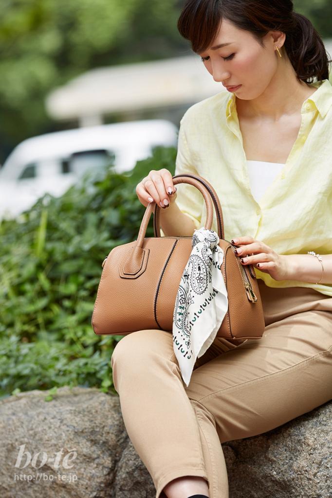 バンダナ柄スカーフをバッグに巻いた上品な大人スタイル