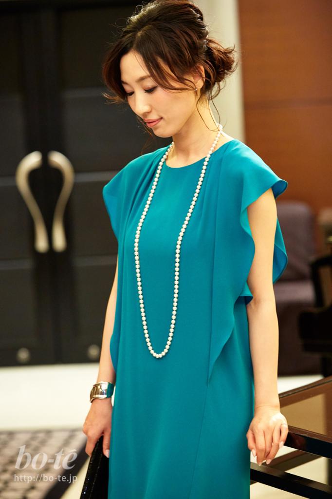袖のディテールが印象的なグリーンのドレススタイル