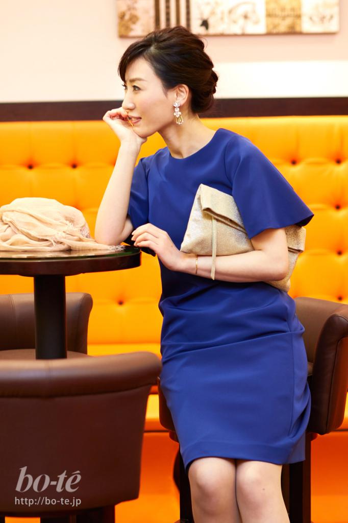 女性らしさがアップするタイトシルエットのドレススタイル