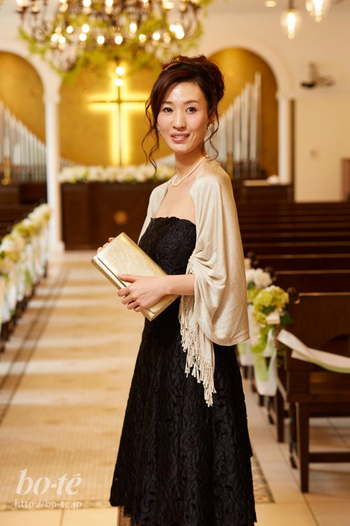 ブラックドレスにニュアンスカラーの小物を合わせた華やかなお呼ばれコーデ