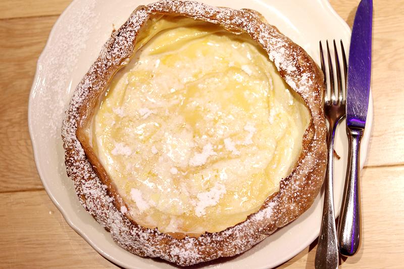 ダッチベイビーのバターとレモン汁の照り