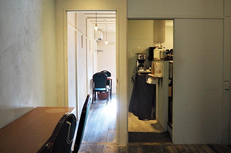 Public Kitchen 中崎町のカウンターとテーブル