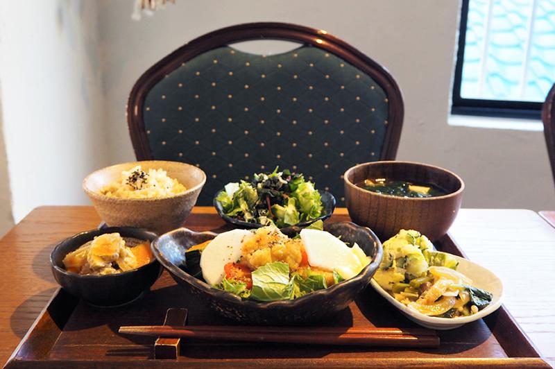 路地の先にある隠れ家『Public Kitchen 中崎町』で、有機野菜を惜しみなく使った「おぼん…