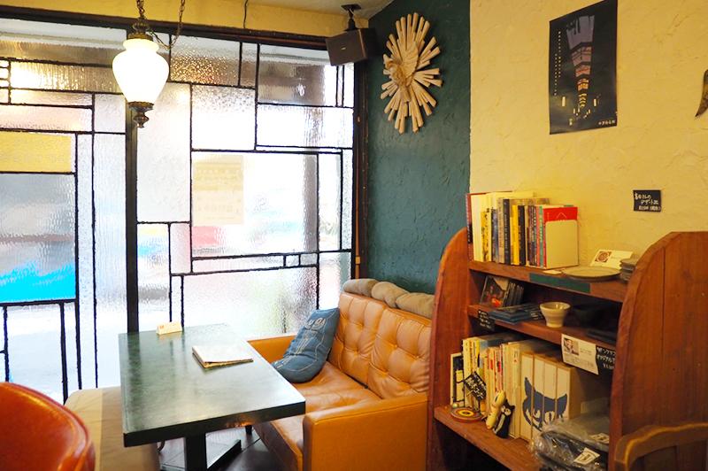 ソファ席と本棚