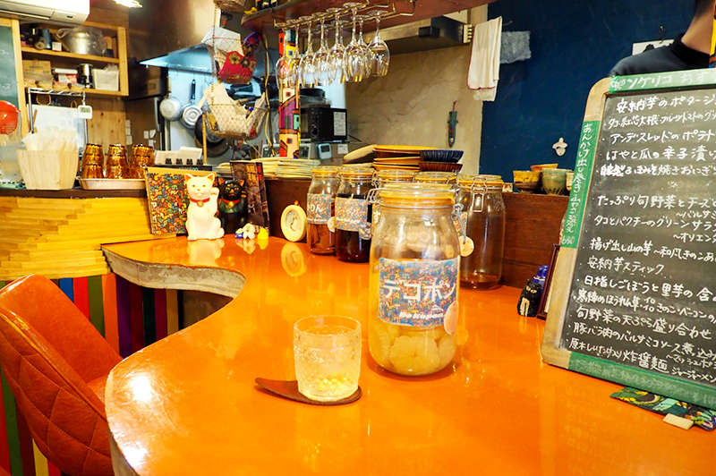 大阪キタの繁華街から少し足を延ばして、中津の商店街に建つカフェ&バル『ンケリコ』で自家製果実酒片手に穏やかな時間と料理を楽しむ