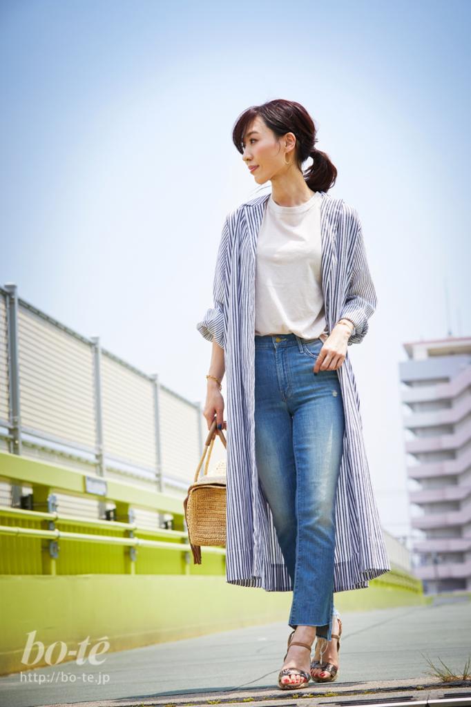 ロング丈のシャツワンピースを羽織った休日のリラックスコーデ