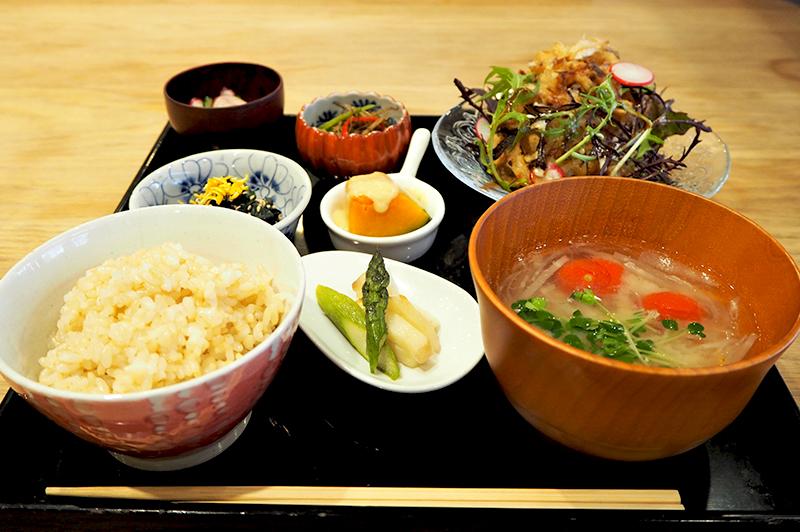 """""""食が体にできること""""を探求する、女性店主のマクロビオティック料理に癒される。西中島の『Merry…"""