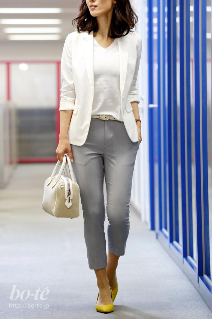 Tシャツとジャケットをホワイトカラーでまとめたパンツルック