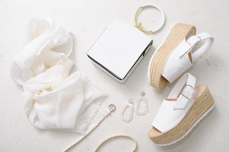 バッグ・靴・ベルトでホワイトの魔法♪賢くコーデを夏顔にチェンジ!