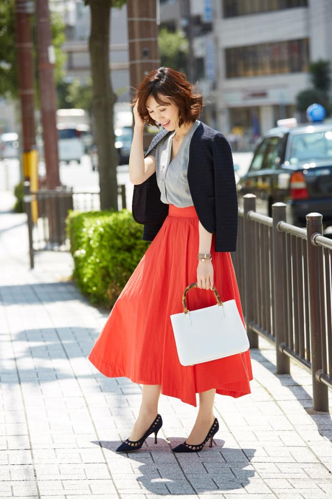 カラースカートをホワイトのバッグで爽やかに見せたコーディネート
