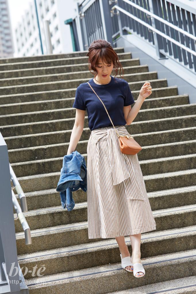 クルーネックTシャツにストライプ柄のスカートを合わせたシンプルコーデ