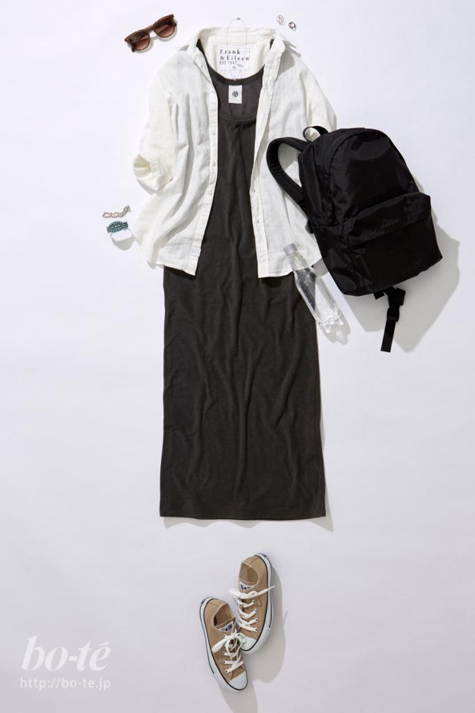 シンプルワンピースにベーシックなシャツを羽織ったコーディネート