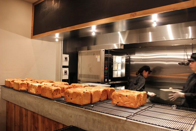 焼きあがったパンが並ぶと、芳醇な香りが店頭にたちこめます!