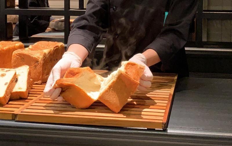 特別に焼きたてパンを割っていただきました!
