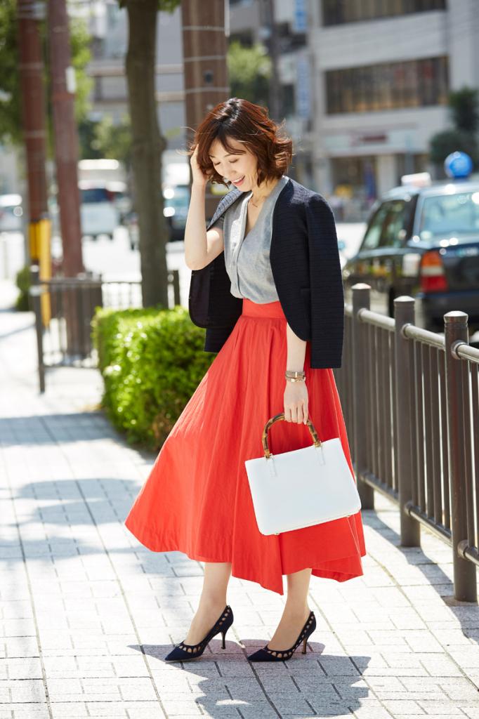 鮮やかな赤色のフレアスカートコーデ