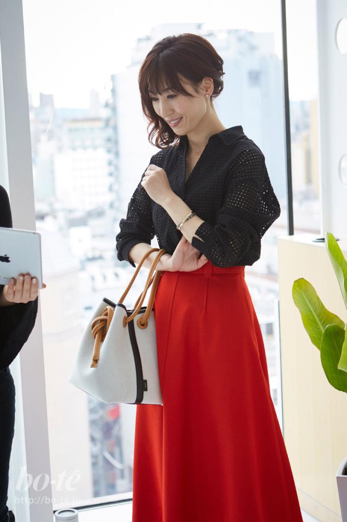 赤いスカートを主役にしたオフィスカジュアルコーデ