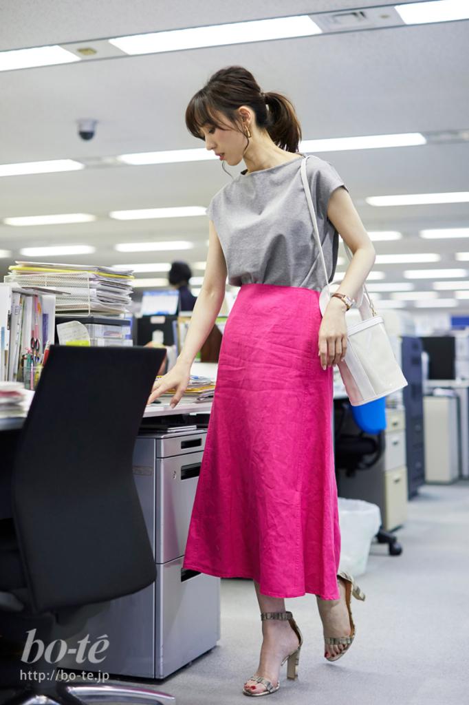 目を引くピンク色のフレアスカートを取り入れたオフィスコーデ