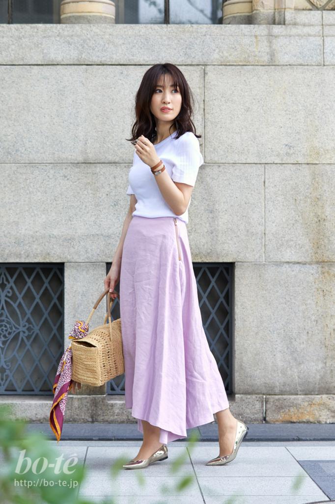 優しいピンク色のフェミニンなフレアスカートコーデ