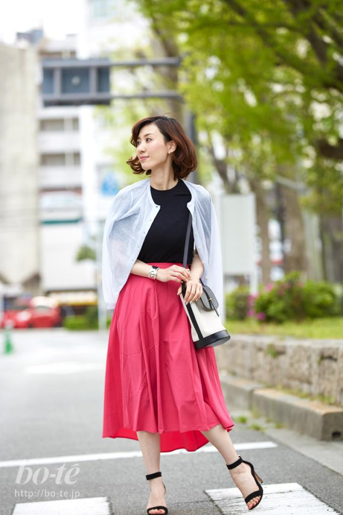 華やかなピンク色のフレアスカートコーデ
