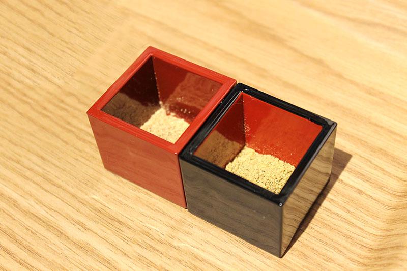 「きな粉山椒(赤・青)」。赤い升に入った「赤」は風味が強く、黒い升の「青」はスパイシー。きな粉は岡山県美作産の大豆を使用