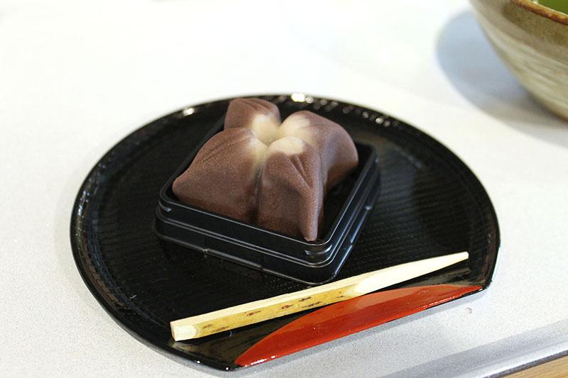 「上生菓子+お茶(煎茶・ほうじ茶)」(864円)。お菓子は忍者の手裏剣をイメージしています