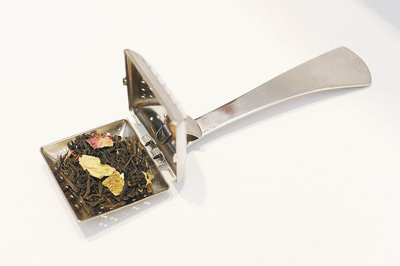 フレーバーティー茶葉の入ったティーストレーナー