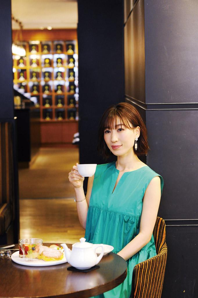 紅茶とパンケーキを一緒に嗜む女性