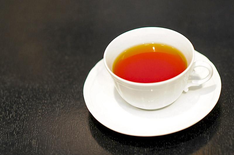 白いティーカップに入った温かい紅茶