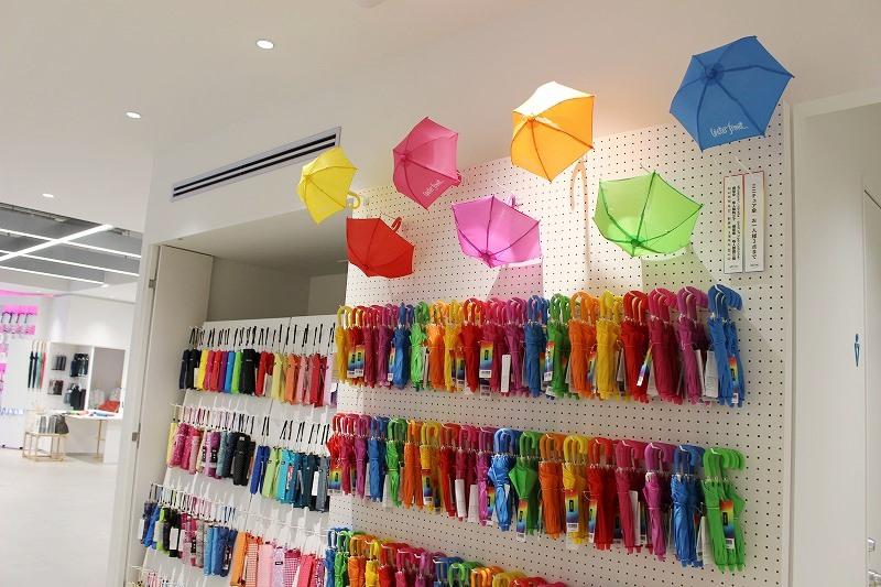 同店のエントランス付近には、キュートな「ミニチュア傘」(全7色・各756円)がずらり。人気商品ゆえ、1人3本までの購入制限が設けられています