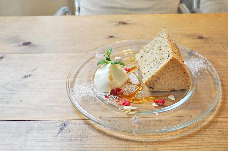 大阪・福島に建つ、白が基調のナチュラルカフェ『fouet゜(フエ゜)』。野菜たっぷりのキッシュや自…