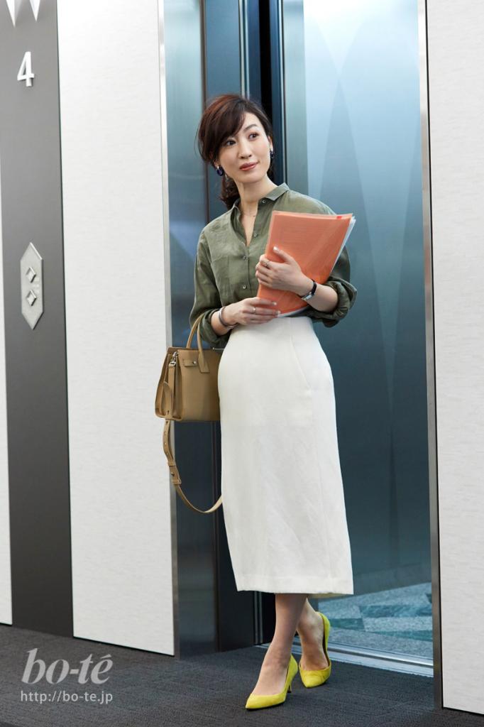 ハンサムなリネンシャツに白のタイトスカートでレディに仕上げたオフィスカジュアル