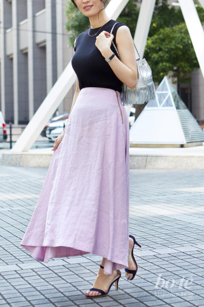 リネンスカートの優しいピンクカラーを主役にした大人フェミニンな装い