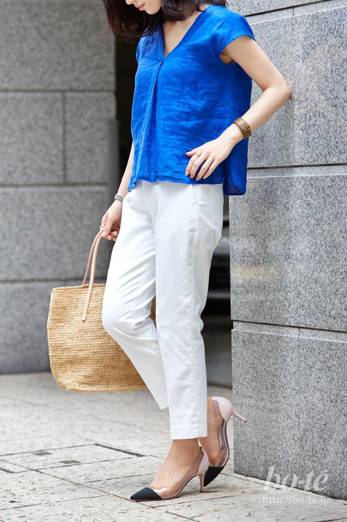 鮮やかなブルーのリネントップスを合わせた夏スタイル