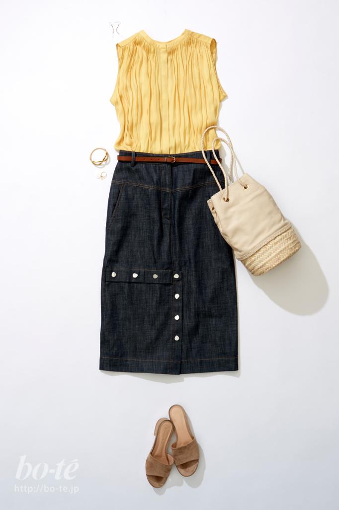 巾着型のカゴバッグを合わせたノースリーブとタイトスカートのコーデ