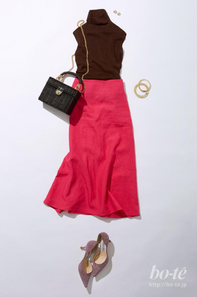 ピンクカラーがキュートなスカートルックにスクエアフォルムのカゴバッグを合わせたコーデ