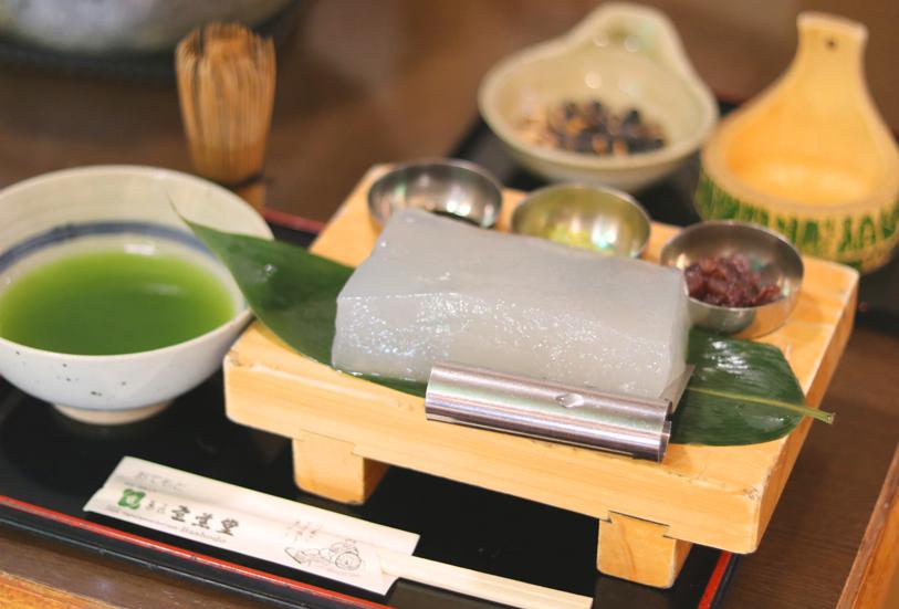 梅田『芭蕉庵』のぷるるん食感の涼やか「笑来美(わらび)餅」。自分でカット、きな粉を挽き、抹茶も点て…