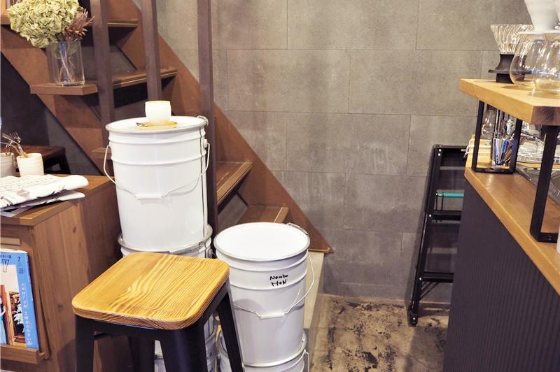 カウンター前の階段とドラム缶