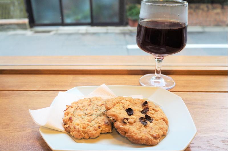『二条城』のお膝元にある『alt.coffee roasters』で、ワイングラスで味わう浅煎りコーヒーの美味しさに開眼!