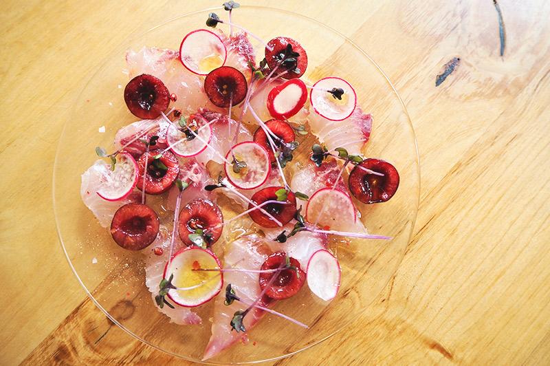 見た目にも美しい一皿、「イサキとチェリーの赤いカルパッチョ」(750円)