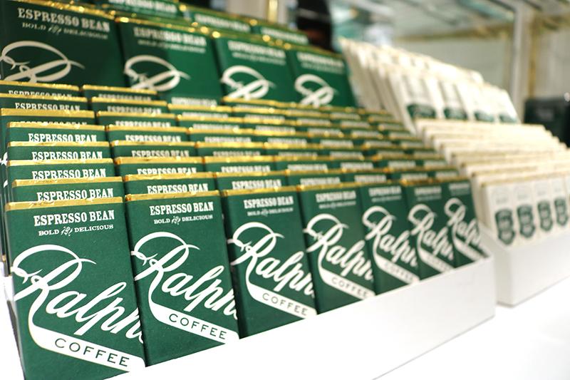 オリジナルパッケージの『Fine&Raw(ファイン&ロウ)』の手作りチョコレートバー。「Espresso Bean」、「Sea salt 」(各 756円)