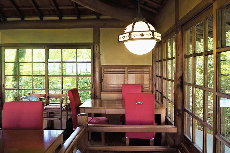 天井の梁や窓ガラス