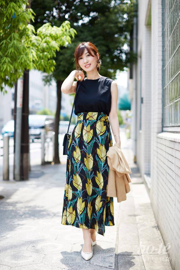 夏らしいボタニカル柄スカートにフラットパンプスを合わせたコーデ