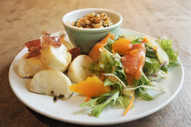 『下鴨神社』すぐそばの『下鴨デリ』。選ぶのも楽しい国際色豊かなデリに、自家製デザートで食後まで続く…
