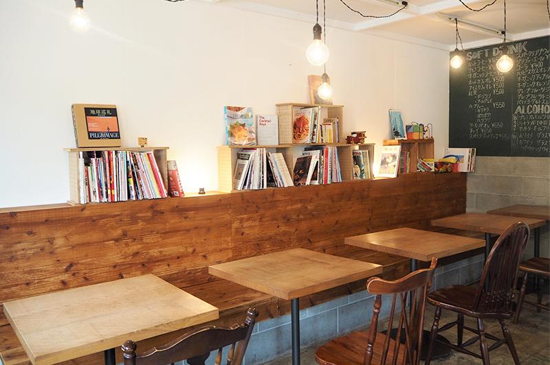テーブル席と本棚