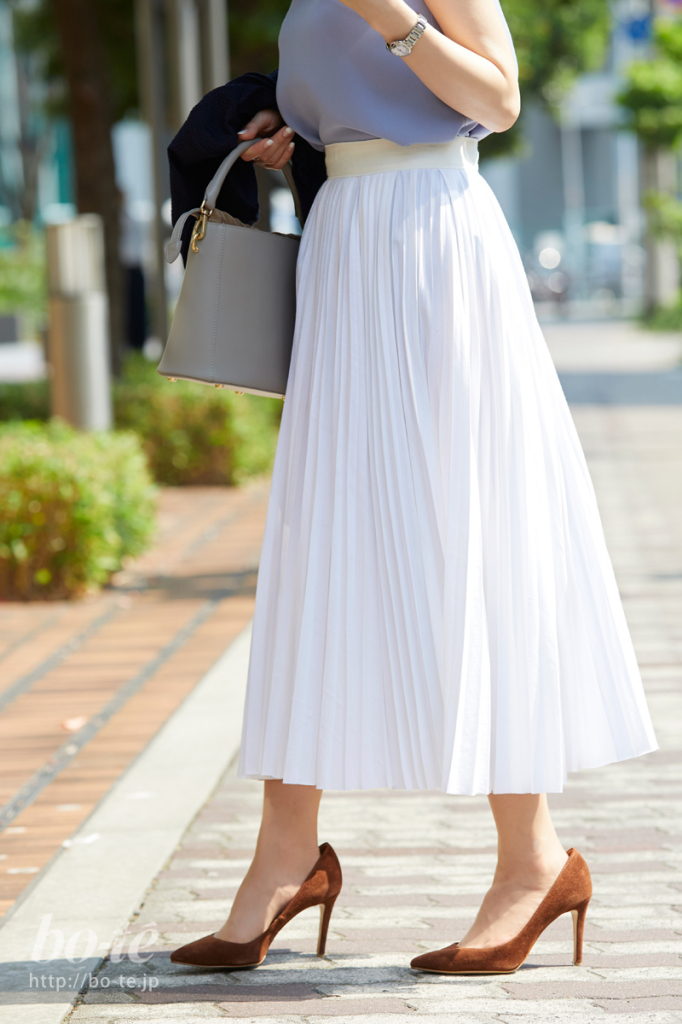 ライトカラーの服に軽やかに溶け込むグレーのバッグ