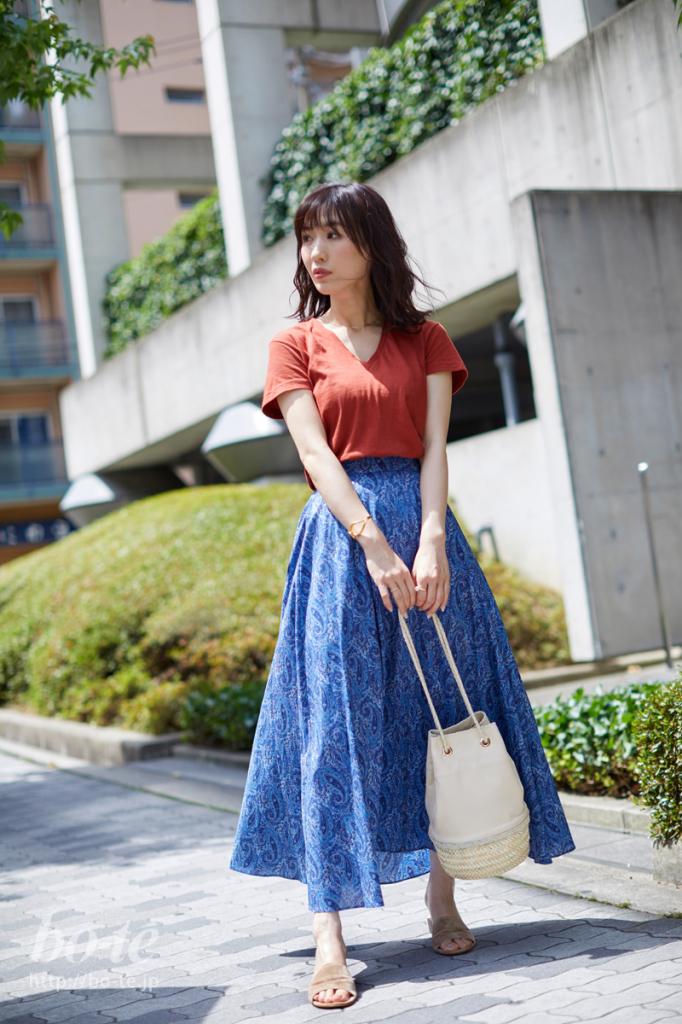 ふわっとドーリーなスカートをTシャツでまとめて大人可愛く