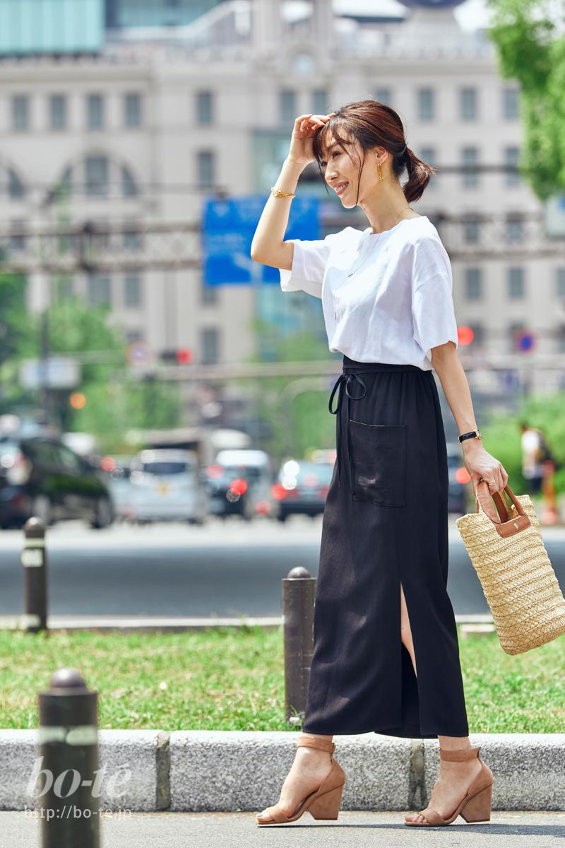 すっきりモノトーンでまとめるブラックのロングスカート