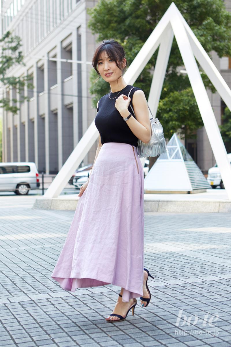 軽やかな夏スカートをシックに格上げするブラックのリブトップス
