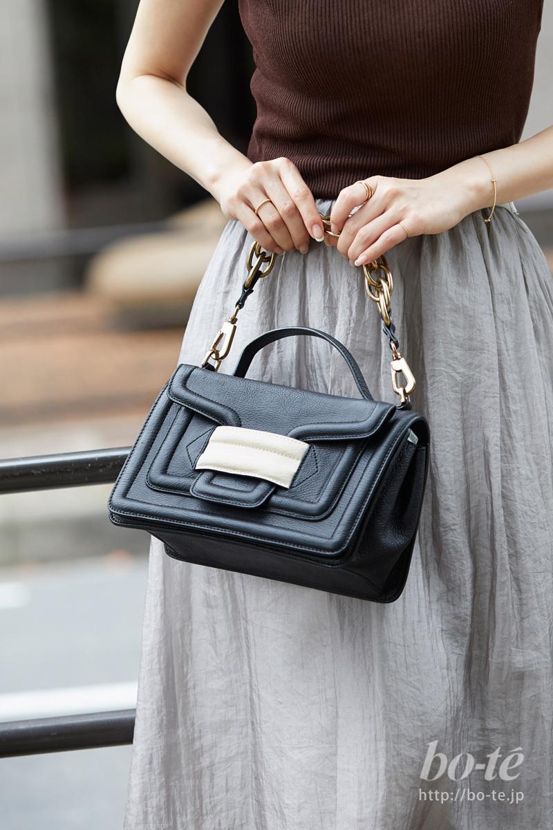 存在感あるきちんと感が可愛いレザーハンドバッグ