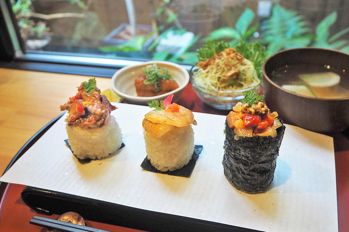 """[閉店]【京都】隠れ家『おむすびカフェみちくさ』で、見栄えも味も良しの、握りたておむすびを頬張る""""…"""